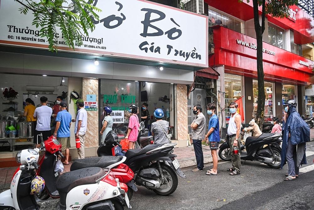 Từ 6 giờ ngày 14/10, Hà Nội cho phép nhà hàng, quán ăn, xe buýt, taxi hoạt động trở lại