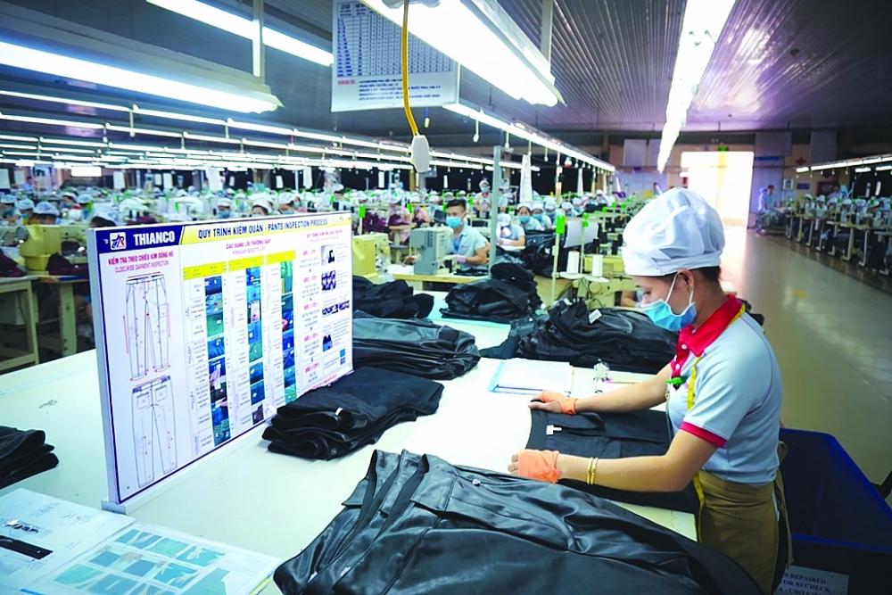 Dự báo, trong 3 tháng cuối năm 2021, ngành dệt may, da giày đều sẽ phải đối diện với vấn đề thiếu lao động trầm trọng. Ảnh: N.Thanh